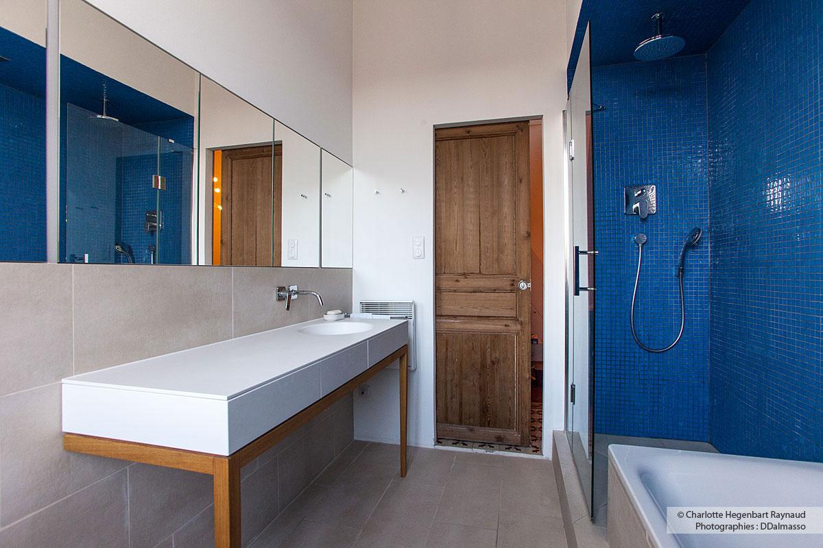 Salle De Bains Avec Niche Bleue Et Vasque En Corian Hegenbart