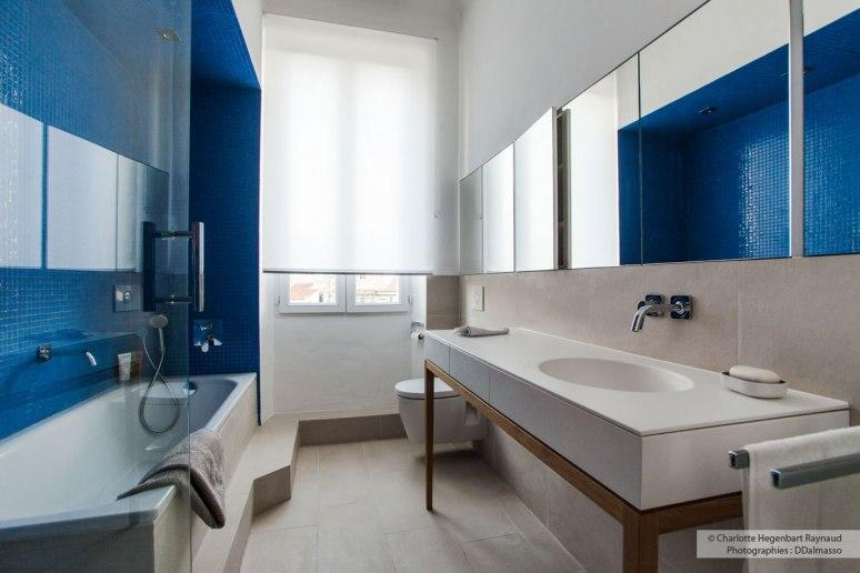 Salle-de-bains-avec-niche-bleue-et-vasque-en-corian-Hegenbart-Raynaud-design-intérieur5