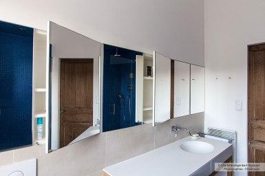 Rangements cachés derrière les miroirs