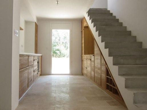 Intégration d'une cuisine moderne sous un escalier