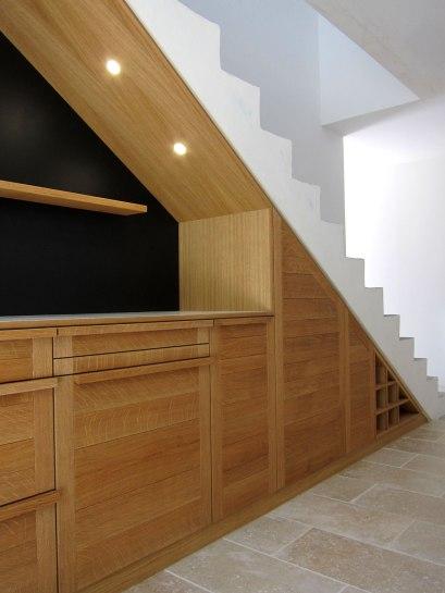 Niche lumineuse sous escalier et tableau noir pour écrire à la craie