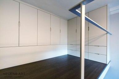 Dressing en mezzanine pour une hauteur sous plafond optimisée.