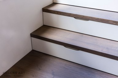 Tiroirs gain de place dans marche d'escalier.