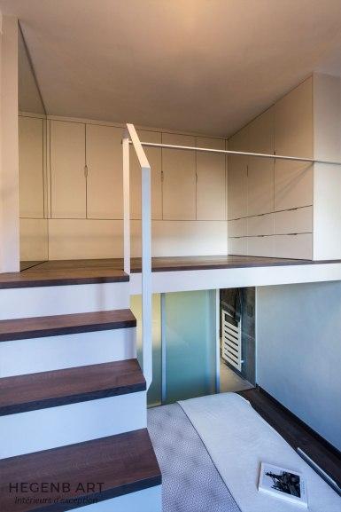 Dressing sur mezzanine et escalier sur mesure avec marches en bois à Aix en provence